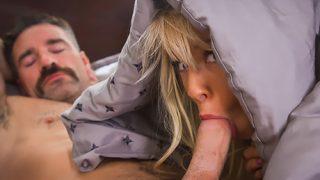 Azgın Sakallı Adam Çıtır Liseliyi Gizlice Yatağına Alıp Sikiyor